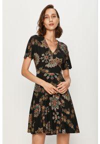 Desigual - Sukienka. Kolor: czarny. Materiał: dzianina. Długość rękawa: krótki rękaw. Typ sukienki: rozkloszowane