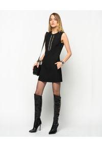 Pinko - PINKO - Sukienka z aplikacją Misurare. Kolor: czarny. Materiał: tkanina. Wzór: aplikacja. Typ sukienki: kopertowe. Długość: mini
