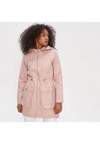 Różowy płaszcz House z kapturem