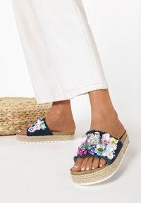 Born2be - Granatowe Klapki Aquanna. Nosek buta: otwarty. Kolor: niebieski. Materiał: materiał. Wzór: kwiaty, aplikacja. Obcas: na platformie #3