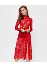 ICON - Czerwona sukienka midi Rich z koronki. Kolor: czerwony. Materiał: koronka. Wzór: koronka. Typ sukienki: dopasowane. Styl: klasyczny. Długość: midi