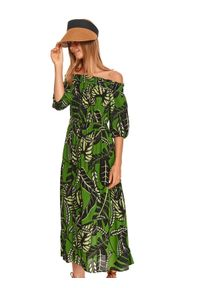 TOP SECRET - Długa sukienka z odkrytymi ramionami w nadruk w liście. Kolor: zielony. Wzór: nadruk. Typ sukienki: z odkrytymi ramionami. Długość: maxi