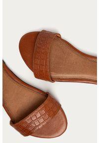 Brązowe sandały Wojas na klamry, na niskim obcasie