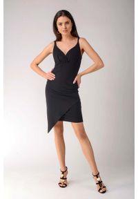 Nommo - Czarna Asymetryczna Sukienka z Dekoltem V na Cienkich Ramiączkach. Kolor: czarny. Materiał: bawełna, poliester. Długość rękawa: na ramiączkach. Typ sukienki: asymetryczne