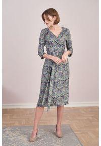 Marie Zélie - Sukienka Irmina Intya. Materiał: wiskoza, materiał, tkanina, skóra, poliester. Wzór: napisy. Typ sukienki: proste, kopertowe