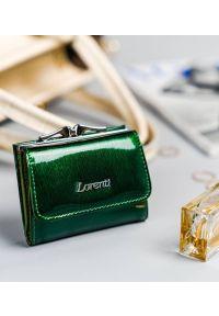 LORENTI - Portfel damski zielony Lorenti 55287-SH NAPIS GREEN. Kolor: zielony. Materiał: skóra. Wzór: napisy