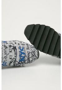 Szare buty sportowe DKNY na obcasie, z cholewką, na średnim obcasie, z okrągłym noskiem