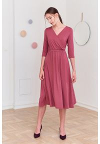 Marie Zélie - Sukienka Rita ciemnoróżowa. Typ kołnierza: dekolt kopertowy. Materiał: wiskoza, dzianina, materiał, elastan, tkanina. Długość rękawa: krótki rękaw. Sezon: jesień. Typ sukienki: proste, kopertowe