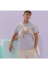 Reserved - T-shirt z naszywką na rękawie - Fioletowy. Kolor: fioletowy. Wzór: aplikacja