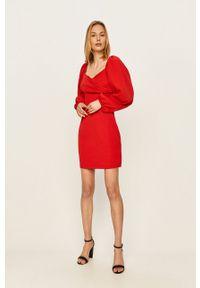 Czerwona sukienka ANSWEAR mini, dopasowana, z dekoltem karo