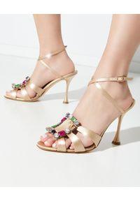 MANOLO BLAHNIK - Beżowe sandały na szpilce Centina. Nosek buta: otwarty. Zapięcie: klamry. Kolor: beżowy. Materiał: materiał. Wzór: kolorowy, aplikacja. Obcas: na szpilce. Styl: elegancki