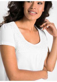 Shirt bawełniany z koronką i krótkim rękawem bonprix biały. Kolor: biały. Materiał: bawełna, koronka. Długość rękawa: krótki rękaw. Długość: krótkie. Wzór: koronka