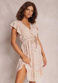 Renee - Biała Sukienka Syliseis. Kolor: biały. Materiał: materiał. Wzór: nadruk. Typ sukienki: kopertowe. Długość: mini