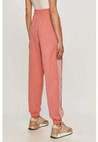 adidas Originals - Spodnie. Kolor: fioletowy. Materiał: dzianina, materiał
