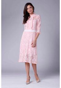 Różowa sukienka wizytowa Nommo ze stójką
