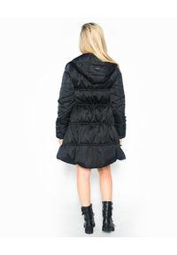 Pinko - PINKO - Czarny pikowany płaszcz. Okazja: na co dzień. Kolor: czarny. Styl: klasyczny, casual