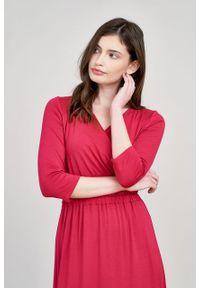 Marie Zélie - Sukienka Rita czerwień perska mikromodal. Typ kołnierza: dekolt kopertowy. Kolor: czerwony. Materiał: wiskoza, dzianina, elastan, włókno, skóra. Długość rękawa: krótki rękaw. Typ sukienki: proste, kopertowe