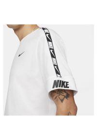 Koszulka męska Nike Sportswear Repeat CZ7829. Materiał: jersey, bawełna. Wzór: napisy