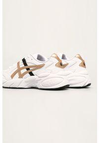 Białe buty sportowe Asics Tiger na obcasie, z cholewką