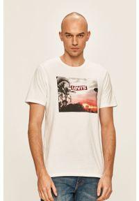 Biały t-shirt Levi's® na spotkanie biznesowe, z nadrukiem