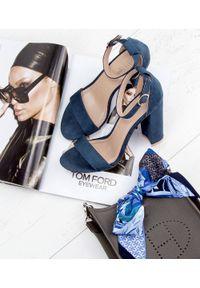 Niebieskie sandały na słupku SIXTH SENS w kolorowe wzory, ze sprzączką, klasyczne