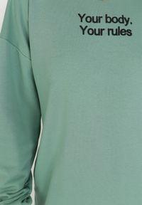 Born2be - Ciemnozielona Bluza Petoriko. Kolor: zielony. Długość rękawa: długi rękaw. Długość: długie. Wzór: napisy, aplikacja