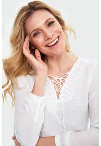Biała bluzka Greenpoint w koronkowe wzory