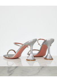 AMINA MUADDI - Srebrne sandały z kryształami Gilda. Zapięcie: pasek. Kolor: srebrny. Materiał: satyna, jedwab, materiał. Wzór: paski. Obcas: na obcasie. Styl: wizytowy. Wysokość obcasa: średni