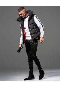 GUNS & TUXEDOS - Czarny bezrękawnik z logo Combat. Okazja: na co dzień. Kolor: czarny. Materiał: jeans. Długość rękawa: bez rękawów. Wzór: haft. Styl: klasyczny, casual