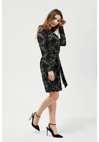 Czarna sukienka MOODO z dekoltem w serek, w paski, casualowa, na co dzień