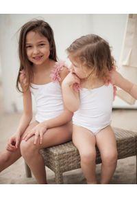 LA REVECHE KIDS - Biały strój kąpielowy z ozdobą. Kolor: biały. Materiał: tkanina, szyfon, poliamid, elastan. Wzór: aplikacja #5