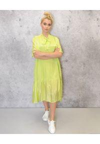 EMMA & GAIA - Zielona zwiewna sukienka. Kolor: zielony. Materiał: wiskoza. Sezon: lato. Typ sukienki: sportowe, asymetryczne. Styl: sportowy