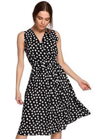 Style - Kopertowa sukienka midi w grochy z paskiem w talii czarna. Kolor: czarny. Wzór: grochy. Typ sukienki: kopertowe. Długość: midi