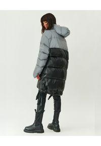 MMC STUDIO - Pikowana kurtka odblaskowa Jesso Long. Typ kołnierza: kaptur. Kolor: szary. Materiał: tkanina, puch. Wzór: haft. Sezon: zima. Styl: klasyczny