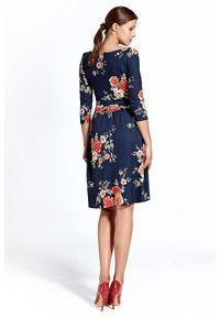 Colett - Elegancka rozkloszowana sukienka w kwiaty dekolt V. Typ kołnierza: dekolt w kształcie V. Wzór: kwiaty. Typ sukienki: rozkloszowane. Styl: elegancki