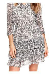 TOP SECRET - Printowana sukienka z falbanami. Okazja: na imprezę, na co dzień. Typ kołnierza: dekolt w serek. Kolor: czarny. Sezon: wiosna. Typ sukienki: proste, rozkloszowane. Styl: elegancki, casual #7