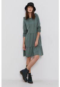 Vero Moda - Sukienka. Okazja: na co dzień. Typ kołnierza: kaptur. Kolor: zielony. Materiał: bawełna, dzianina, materiał. Długość rękawa: długi rękaw. Wzór: gładki. Typ sukienki: proste. Styl: casual