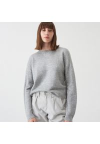 Szary sweter Sinsay z dekoltem na plecach