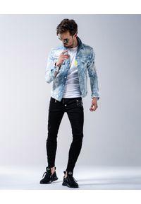GUNS & TUXEDOS - Jeansowa kurtka z przetarciami Cheyenne. Kolor: niebieski. Materiał: jeans. Wzór: aplikacja. Sezon: wiosna, lato