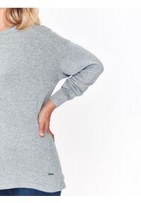 Szary sweter TOP SECRET na zimę, w kolorowe wzory, długi, z dekoltem na plecach