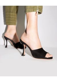 AQUAZZURA - Zamszowe klapki na szpilce Violette. Kolor: czarny. Materiał: zamsz. Obcas: na szpilce. Styl: elegancki. Wysokość obcasa: średni