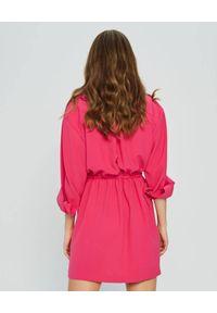 MARLU - Różowa sukienka mini Sisal. Okazja: na imprezę, na randkę. Typ kołnierza: dekolt w kształcie V. Kolor: różowy, wielokolorowy, fioletowy. Materiał: tkanina, wiskoza, elastan. Typ sukienki: asymetryczne, kopertowe. Styl: elegancki. Długość: mini