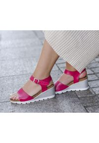 Zapato - sandałki na koturnie - skóra naturalna - model 346 - kolor fuksja. Okazja: na co dzień. Kolor: różowy. Materiał: skóra. Wzór: nadruk, kolorowy. Sezon: lato. Obcas: na koturnie. Styl: boho, klasyczny, casual