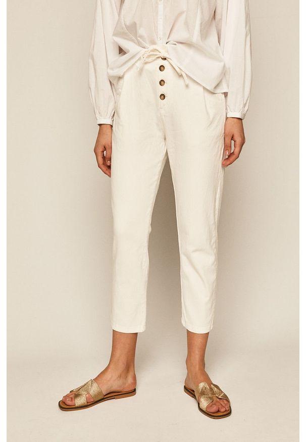 Białe spodnie materiałowe medicine z podwyższonym stanem