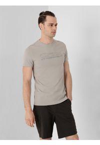 4f - T-shirt basic regular z nadrukiem męski. Kolor: szary. Materiał: dzianina, bawełna. Wzór: nadruk