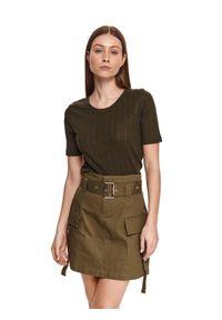 TOP SECRET - Casualowy t-shirt z okrągłym dekoltem. Okazja: na co dzień. Kolor: zielony. Materiał: tkanina, bawełna. Długość rękawa: krótki rękaw. Długość: krótkie. Sezon: lato. Styl: casual