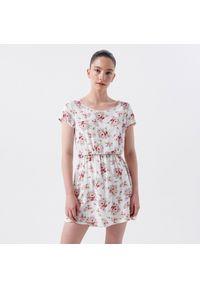 Cropp - Wzorzysta sukienka - Biały. Kolor: biały