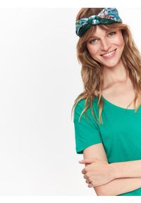 Zielony t-shirt TOP SECRET z krótkim rękawem, z dekoltem w serek, na jesień, krótki