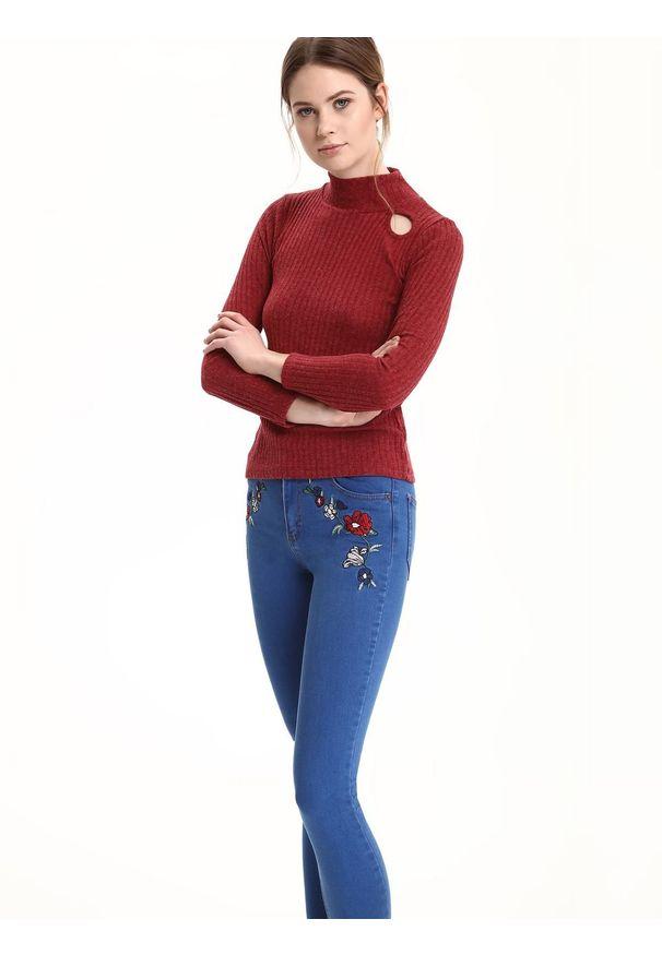 Czerwony sweter TROLL z golfem, w kolorowe wzory, casualowy