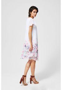 Biała sukienka MOODO z nadrukiem
